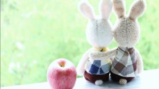 寄り添うウサギカップル